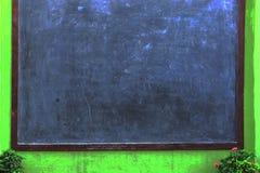 Pusty Blackboard tło, wioski zewnętrzny Blackboard z kwiatu tłem Obrazy Stock