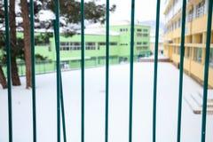 Pusty boisko szkolne zakrywający z śniegiem Zdjęcia Stock