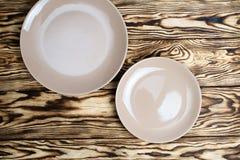 Pusty brązu talerz na drewnianym stole Zdjęcie Stock