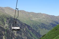 Pusty cableway i Caucasus gór tło Obraz Stock