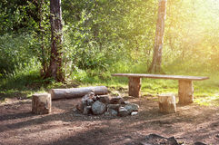 Pusty campingu miejsce w lasowej Drewnianej ławce, pożarniczy miejsce i stół Turystyczna przerwa Obraz Royalty Free