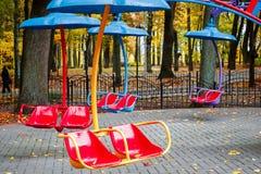 Pusty Carousel Z siedzeniami Zawieszającymi Na łańcuchach Bez ludzi Wa Obrazy Stock