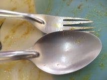 Pusty ceramiczny naczynie z kurczaka maswerkiem na naczynie łyżce i rozwidleniem na odgórnym widoku Po posiłku zdjęcia royalty free