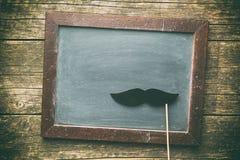 Pusty chalkboard i imitacja wąsy zdjęcia royalty free