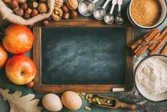 Pusty chalkboard i składniki dla piec zdjęcia royalty free