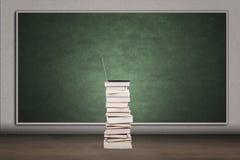 Pusty chalkboard i sterta książki Zdjęcia Royalty Free