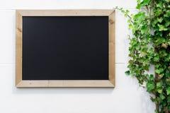 Pusty chalkboard z drewnianą ramą dla reklamować zdjęcie royalty free