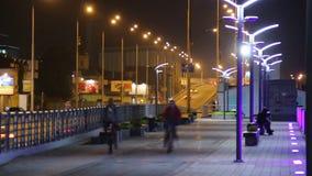Pusty chodniczka bruk w nocy miasta czasu upływie, samochodu jeżdżenie zbiory wideo