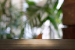 Pusty ciemny drewniany stół przed abstraktem zamazywał bokeh tło restauracja zdjęcie stock