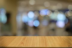 Pusty ciemny drewniany stół przed abstraktem zamazywał bokeh tło restauracja fotografia stock