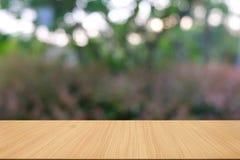 Pusty ciemny drewniany stół przed abstraktem zamazywał bokeh tło restauracja zdjęcia royalty free