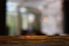 Pusty ciemny drewniany stół przed abstraktem zamazywał bokeh tło restauracja obraz royalty free