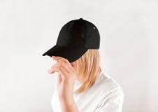 Pusty czarny baseball nakrętki mockup szablon, odzież na kobietach przewodzi Zdjęcia Stock