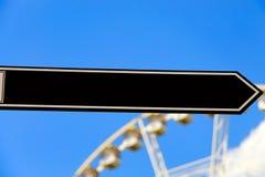 Pusty czarny drogowy znak lub Pusty ruchu drogowego znak, pokazuje kierunek, niebieskie niebo zdjęcie stock