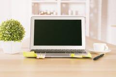 Pusty czarny laptop i roślina Fotografia Royalty Free