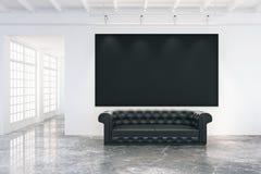 Pusty czarny plakat na biel ścianie w loft pokoju z czarną skórą obraz stock