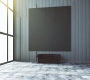 Pusty czarny plakat na ścianie nad czarna rzemienna kanapa w pustym Fotografia Stock