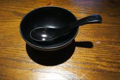 Pusty czarny puchar z łyżką na stole Zdjęcia Stock