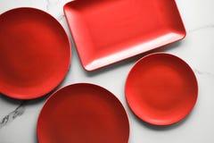 pusty czerwień talerz na marmurze - przepis i restauracji mockup flatlay pojęcie zdjęcia stock