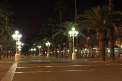 Pusty deptak z nocy lampami Zdjęcie Stock
