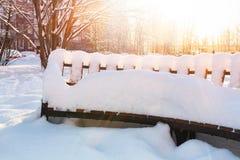 Pusty drewniany śnieg zakrywał ławkę w rynku zdjęcia stock