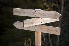 Pusty drewniany drogowy podpisuje wewnątrz ciemnego las Zdjęcia Royalty Free