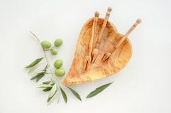 Pusty drewniany handmade puchar robić od oliwnego drewna, sercowatej miarki i serów właścicieli, Naczynia od oliwnego drewna kosm obrazy royalty free