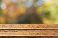 Pusty drewniany kroka stół z nadmiernym jesieni natury bokeh tłem fotografia stock