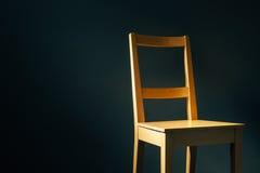 Pusty drewniany krzesło w ciemnym pokoju Obrazy Stock