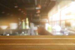 Pusty drewniany stół i zamazany kuchenny wewnętrzny tło obraz royalty free
