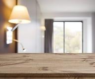 Pusty drewniany stół na defocused prostym pokoju hotelowego wnętrza tle Zdjęcia Royalty Free