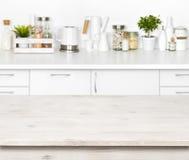 Pusty drewniany stół na zamazanym tle różnorodni kuchenni przedmioty obrazy stock
