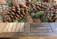 Pusty drewniany stół nad cedrem rozgałęzia się i konusuje Zdjęcie Royalty Free