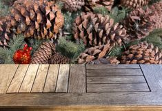 Pusty drewniany stół nad cedrem rozgałęzia się i konusuje Obrazy Stock