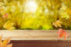 Pusty drewniany stół nad jesieni natury bokeh obrazy stock