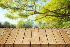Pusty drewniany stół nad jesieni tłem zdjęcia royalty free