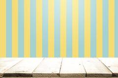 Pusty drewniany stół nad kolorem żółtym i aqua tłem Zdjęcie Royalty Free