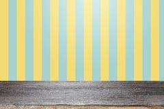 Pusty drewniany stół nad kolorem żółtym i aqua tłem Fotografia Royalty Free