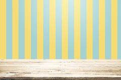Pusty drewniany stół nad kolorem żółtym i aqua tłem Zdjęcia Stock