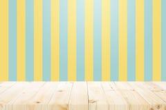 Pusty drewniany stół nad kolorem żółtym i aqua tłem Zdjęcia Royalty Free