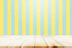 Pusty drewniany stół nad kolorem żółtym i aqua tłem Obrazy Stock