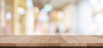 Pusty drewniany stół nad tłem, produktem i jedzeniem plama sklepu, obrazy royalty free