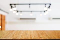 pusty drewniany stół przed plama montażu abstrakta tłem fotografia stock