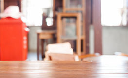Pusty drewniany stół w sklep z kawą Zdjęcia Stock
