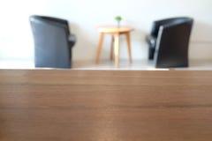 Pusty drewniany stół z plamy tłem w kawowej kawiarni Fotografia Royalty Free