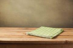 Pusty drewniany stół z sprawdzać zielonym tablecloth Obrazy Royalty Free