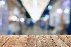 Pusty Drewniany stół z Zamazanym Pastelowym drogi przemian tłem Obraz Royalty Free