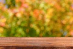 Pusty drewniany stół na tle jesieni drzewa Fotografia Royalty Free