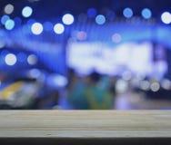 Pusty drewniany stół nad zakupy centrum handlowym Zdjęcia Stock