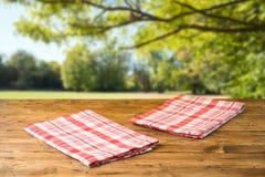 Pusty drewniany st?? z tablecloth nad jesieni natury parka t?em zdjęcie royalty free